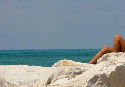 Αληθινή ερωτική ιστορία: » Έκανα σ@ξ στα βράχια με δύο αγνώστους!» – SEX